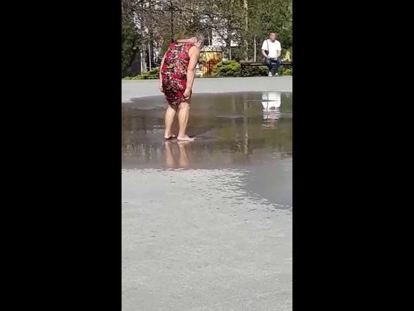 Бабка моется в фонтане