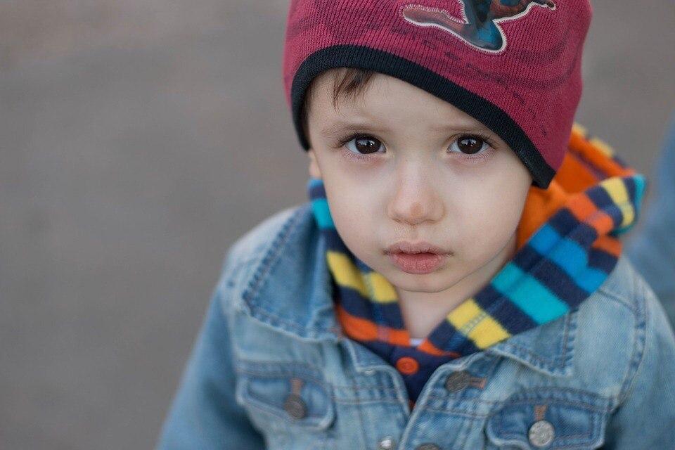 Ребенку в одном из детских садов Томска воспитатели хотели заклеить рот скотчем.