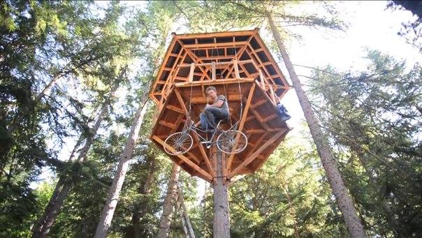 Захотел домой — покрути педали!  Этан Шлуссер строит дома на деревьях и придумывает оригинальные способы подниматься туда. Как-то он взял обычный велосипед и подсоединил его переднюю звездочку к нескольким тросам. Это позволило поднимать велосипед на 10-метровую высоту всего за 30 секунд. Для противовеса используется старый бак водонагревателя, вес которого можно отрегулировать простым добавлением или удалением воды. Строительство всей лифтовой системы заняло у 22-летнего парня всего неделю.