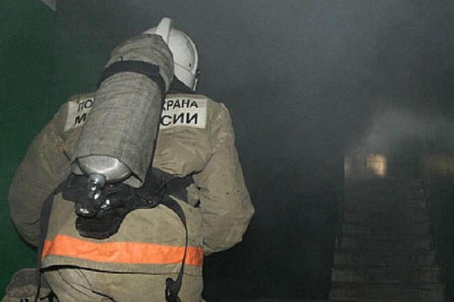 Из горящей квартиры в Оленегорске спасли двух человек