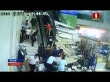 Девять человек пострадали в результате обрушения потолка в туристическом центре Китая