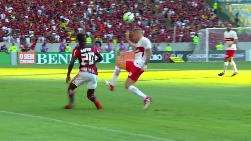 Vinicius Junior dá lindo chapéu em D'Alessandro