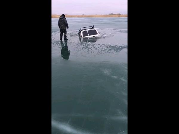 Джип провалился под лёд