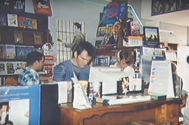 Фото Квентина Тарантино за работой в видеопрокате, Калифорния, 1980-е. В 22 года Квентин Тарантино тогда ещё никому не известный устроился на работу в «Видео-архив», пункт видеопроката на