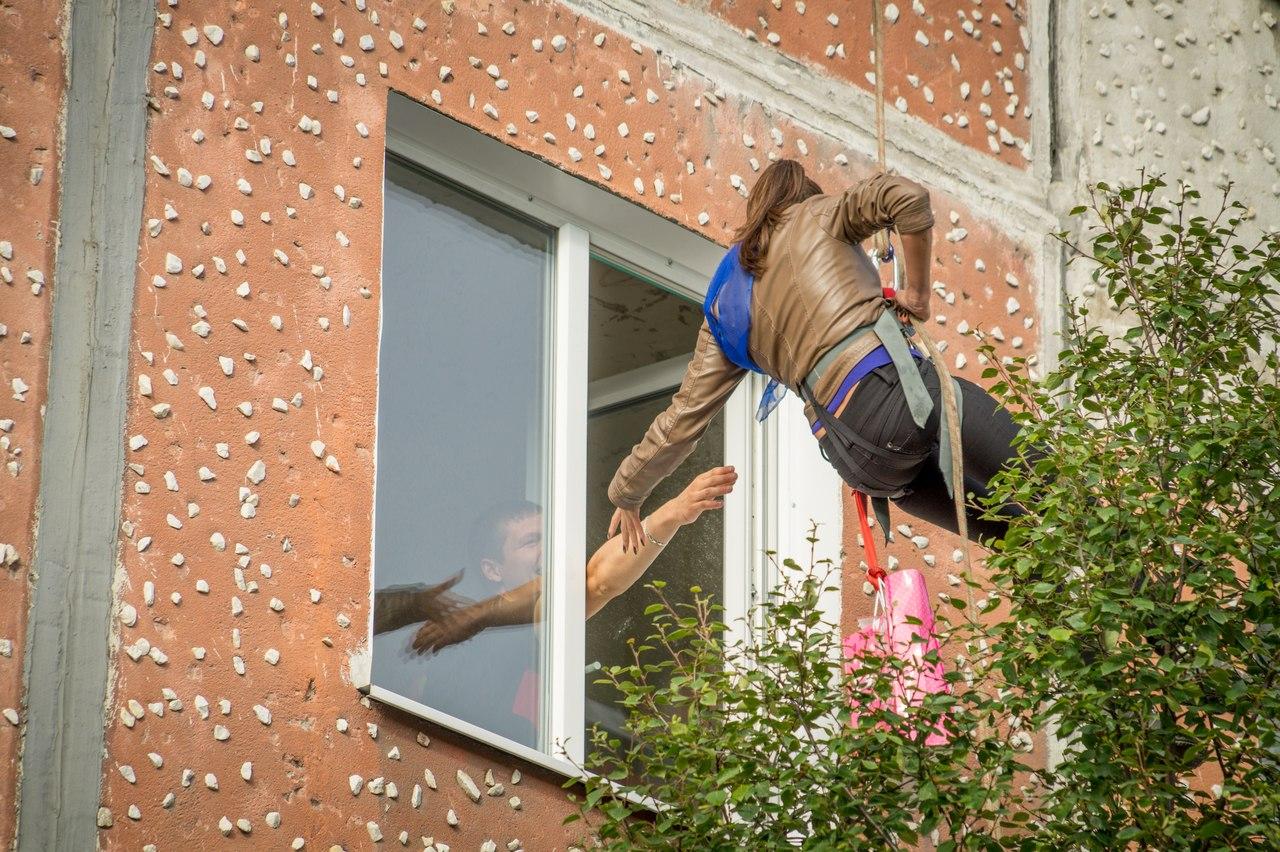 В бресте девушка выпала из окна фото