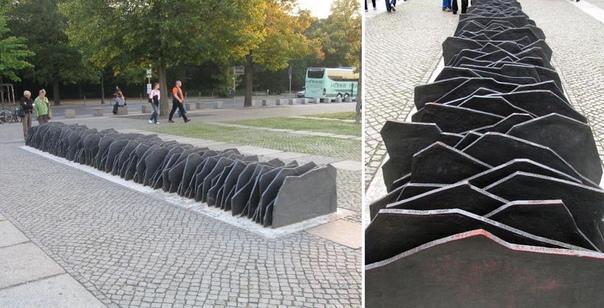 Эти 96 плит  памятник 96 депутатам немецкого парламента, которые выступили против Гитлера и фашизма