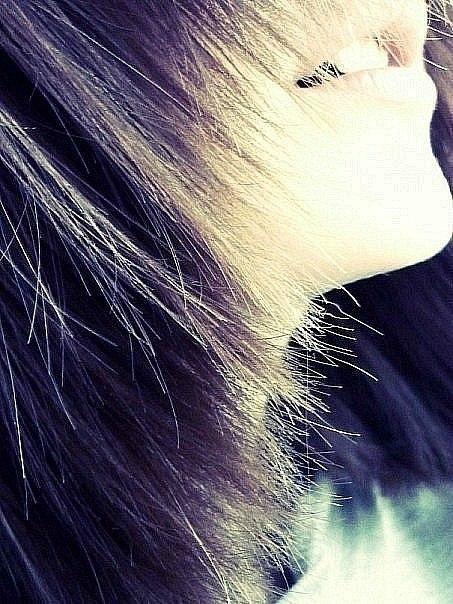 Челкастые русые волосы