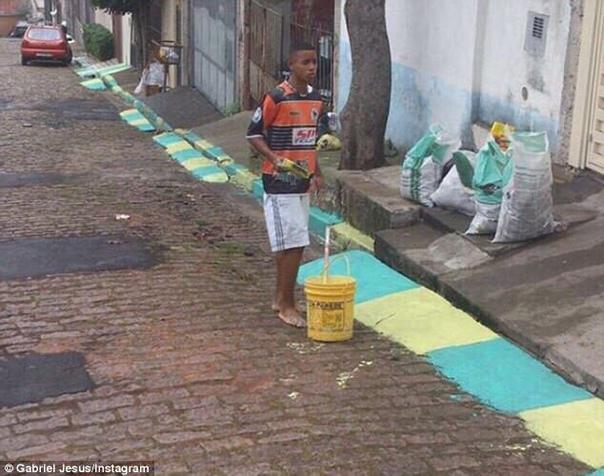 Нет ничего невозможного или «бразильская золушка» 1 фото: Май 2014 года. Габриэл Жезус красит разметку на дороге перед Чемпионатом мира по футболу 2014 года в Бразилии. 2 фото: 1 февраля 2017 г.
