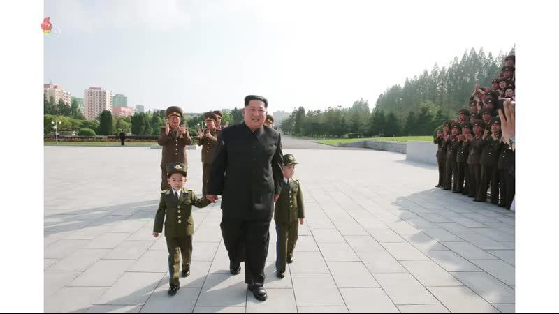 경애하는 최고령도자 김정은동지께서 조선인민군 제2기 제7차 군인가족예술소조경연에서 당선된 군부대들의 군인가족예술소조원들과 기념사진을 찍으시였다