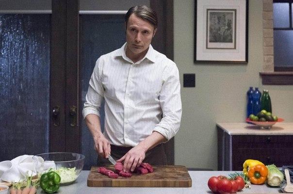 Русская кухня: приготовьте что угодно, лишь бы получилась закусь. Белорусская кухня: готовим все, что угодно, но из картофеля. Украинская кухня: в качестве начинки для торта возьмите две свиных отбивных и сальные шкварки. Грузинская кухня: приготовьте что-нибудь, засыпьте кинзой, залейте кинзмараули, добавьте сулугуни. Французская кухня: как-нибудь поджарьте мясо, залейте его соусом, с которым вы напарились 3,5 часа, украсьте шалотом. Итальянская кухня: соберите все остатки еды из…