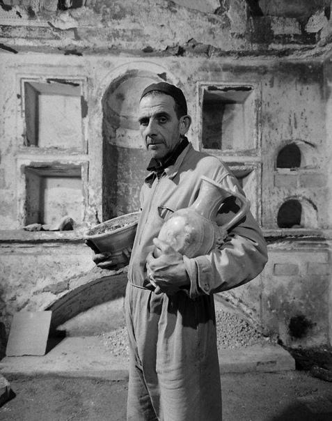 Снимки с раскопок под собором Святого Петра в Ватикане. 1950 г.23 декабря 1953 года, папа Пий XII в своем рождественском радиообращении объявил о находке могилы апостола Петра глубоко под