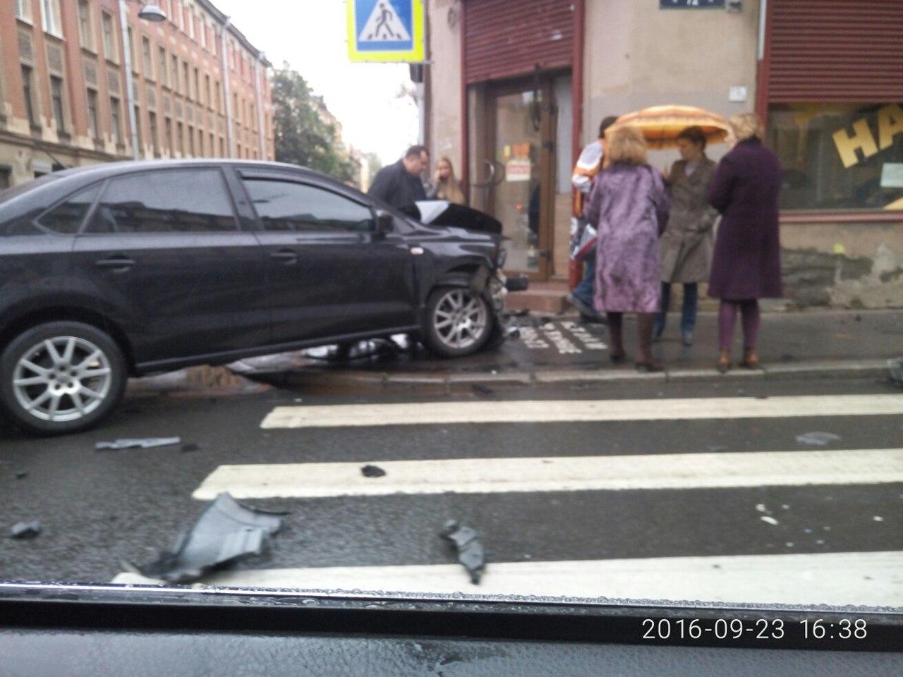 Водитель в Петербурге решил расплатиться в магазине, не выходя из машины