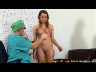 Медицинский CMNF  одетый врач осматривает голую пациентку в присутствии её одетого мужа