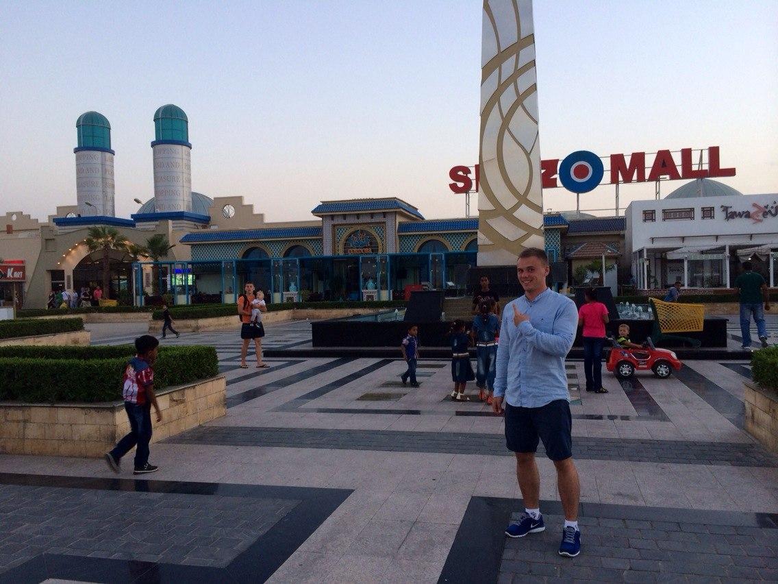 Я возле одного из торговых центров около Хургады, Египет