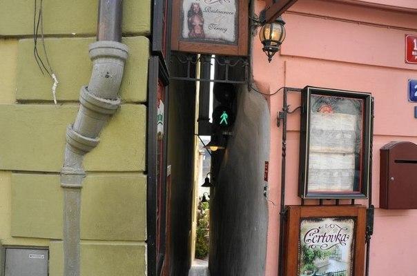 Улица Винарна Чертовка - самая узкая в мире пешеходная улица со светофорами