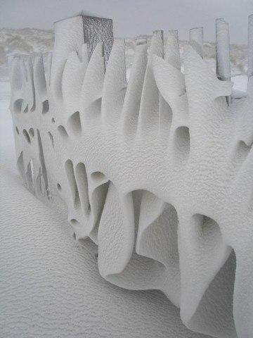 Красивый снежный узор на заборе после ветреной ночи