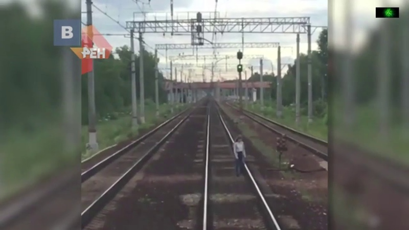 Машинист поезда успел затормозить перед школьницей, стоявшей на жд путях