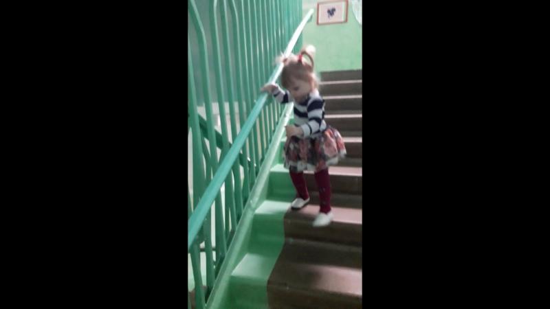 Теперь Алисонька хочет спускаться сама😄