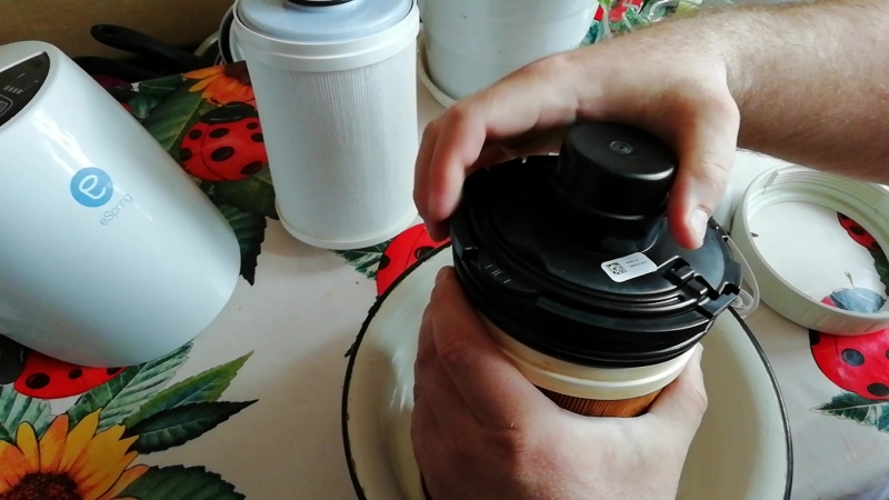 Замена картриджа в системе очистки воды Espring