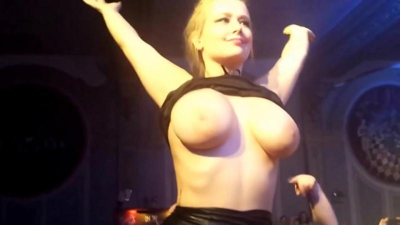 Пьяная русская школьница показала голые большие сиськи в клубе трансляции перископе засветила огромную грудь соски порно секс 18