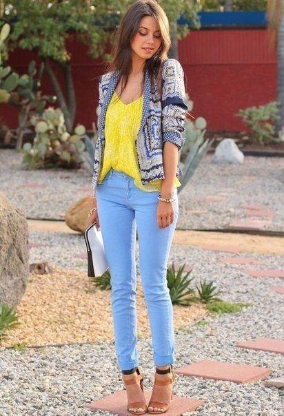 Замечательные образы с цветными джинсами