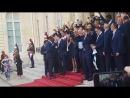 Команда Франции поет с президентом Макроном на ступенях Елисейского дворца