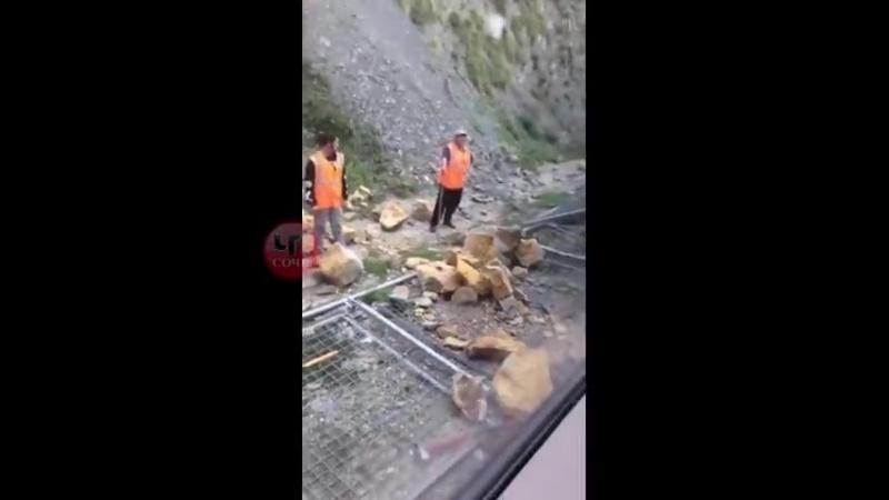 На побережье Сочи из-за камнепада задержался один поезд Каменный валун выкатился на рельсы и помешал движению поезда. Движение