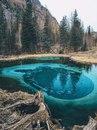 Живое гейзерное озеро необычайно красивого цвета в глубине Алтайской республики, Россия
