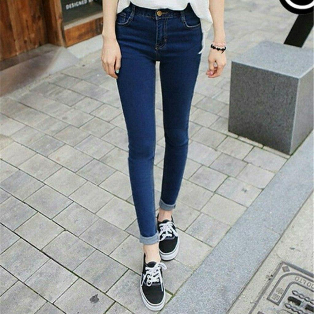 Студентка в узких джинсах 26 фотография