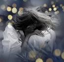 Он коснулся пальцами её волос, она ощутила, что к ней прикоснулась любовь.