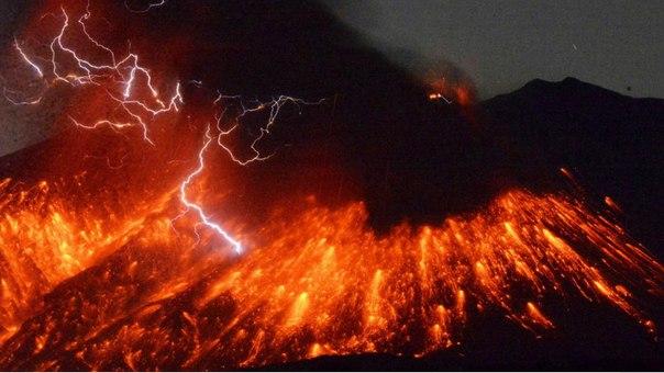 Лава и пепел: в Японии извергается вулкан Сакурадзима