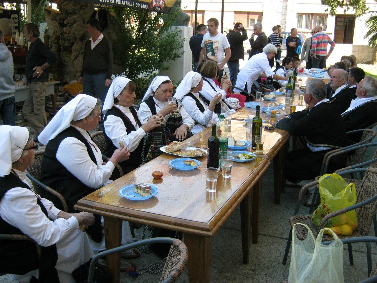 На хорватском празднике при католической церкви