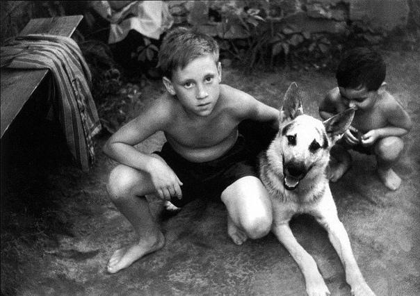 С девятилетнего возраста Владимир Высоцкий жил в оккупированной Советским Союзом Германии