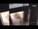 VL ru вода вырывается из под крышки люка в центре Владивостока