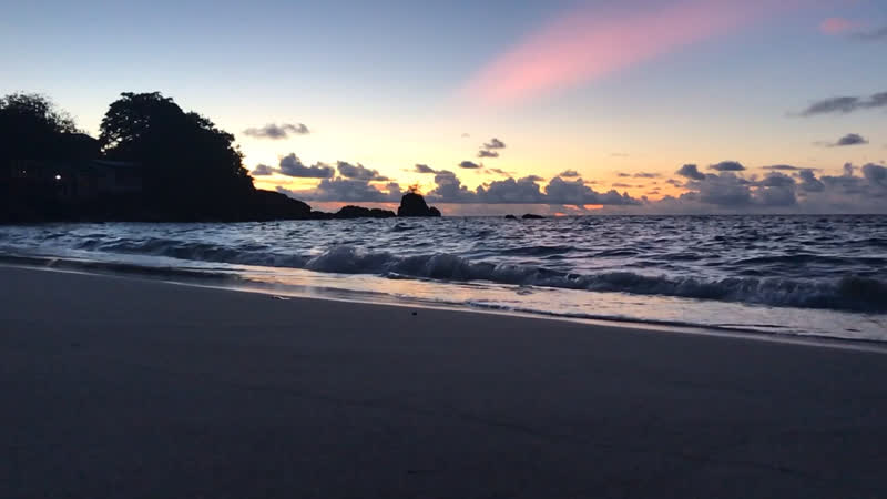 Вечерний прибой на пляже Baie Lazare