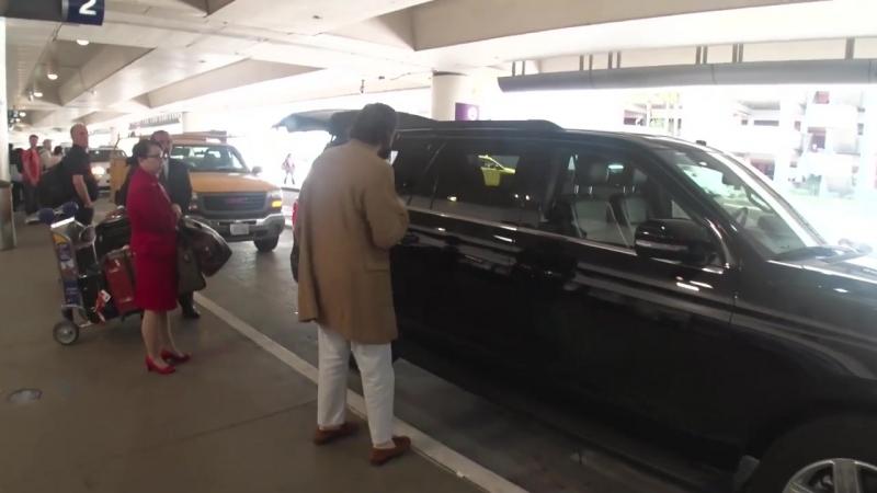 Элизабет в компании молодого человека Робби Арнетта на территории аэропорта LAX в Лос Анджелесе Калифорния 10 апреля 2018