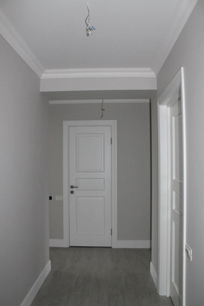 белые плинтуса в интерьере фото