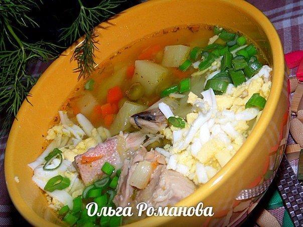 Рыбный суп с зелёным горошком и варёным яйцом