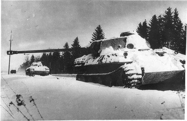 Подбитые «Пантеры», уничтоженные танком Т-70 А. Пегова.