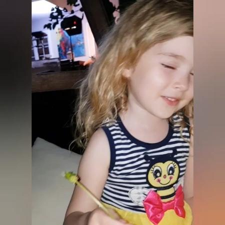 """Ebrar Alya Demirbilek on Instagram: """"Günaydınn Tüm Annelerimize gelsin ebrardan size annelerimiz anne 😇 😇 Hep bana çiçek topluyormuş bu defa dizi..."""