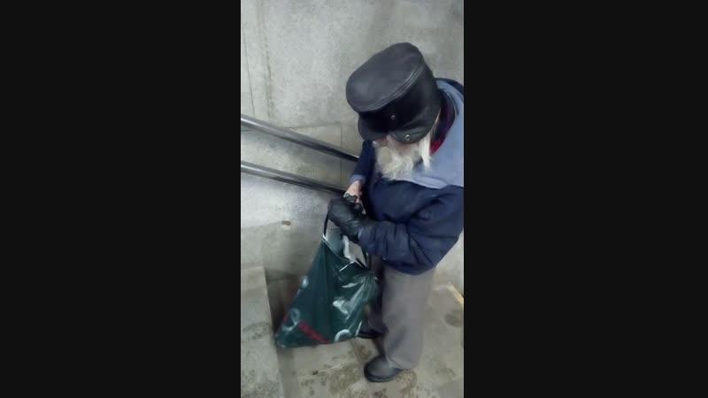 Дед Прудник без стыда и совести справляет малую нужду прямо в центре Минска