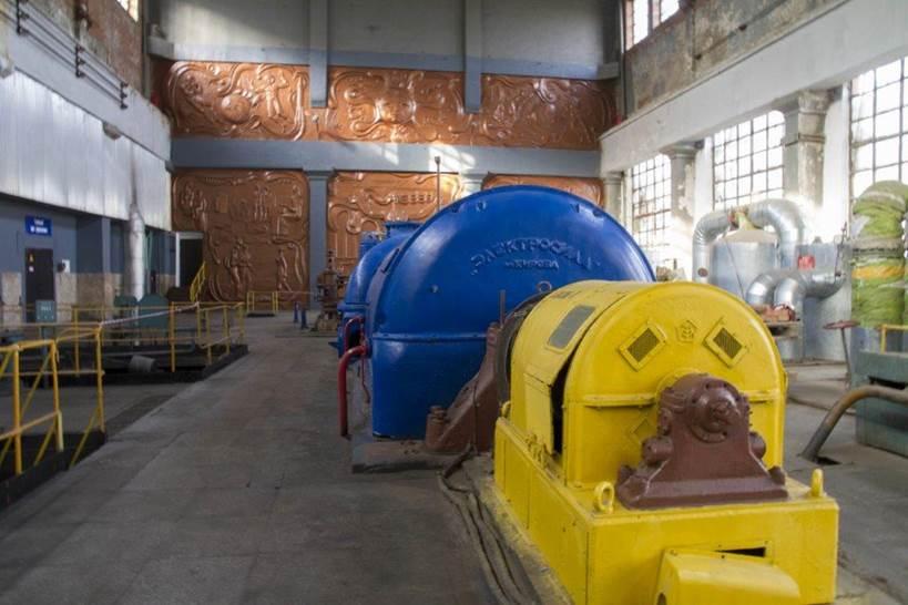 А вот и сама легендарная первая турбина. Сейчас она не работает, а стоит в турбинном цехе, как экспонат
