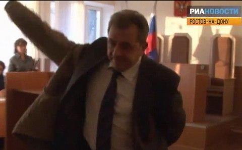 Василий Кравченко уходит из зала суда