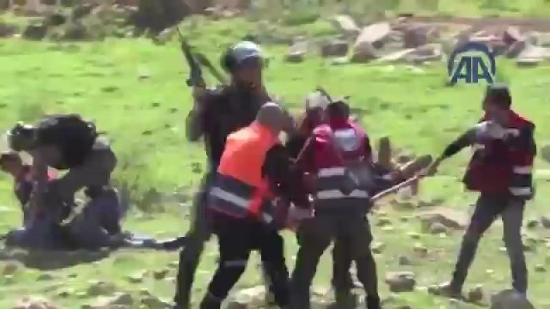Израильские военные избивают палестинских медиков пытающихся эвакуировать раненых палестинцев с мест