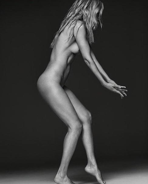 Синди Кроуфорд (52 года) и Кэролин Мерфи (45 лет) в арт-альбоме «Ангелы ограниченным тиражом» Модели решили поддержать выход арт-альбома fashion-фотографа Рассела Джеймса и опубликовали фото в