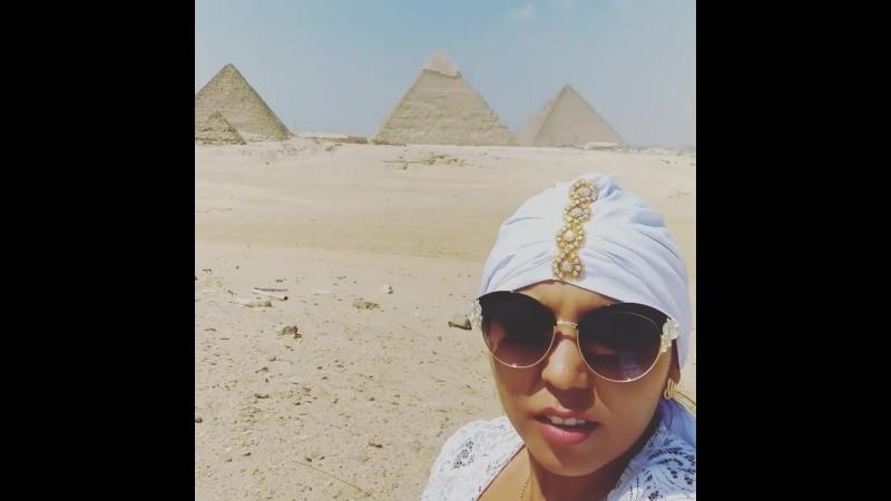 Сухой ветер пустыни Сахары.Пирамиды Гизы