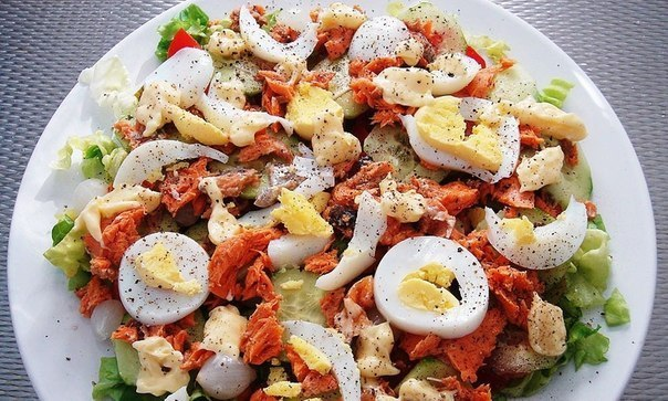 Салат из консервированного лосося рецепт