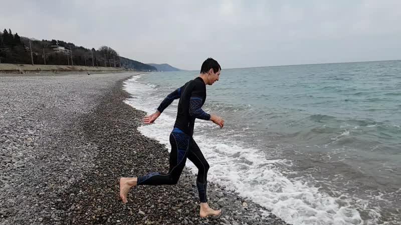 26 01 2019 Волейболист Денис ныряет в зимнее море