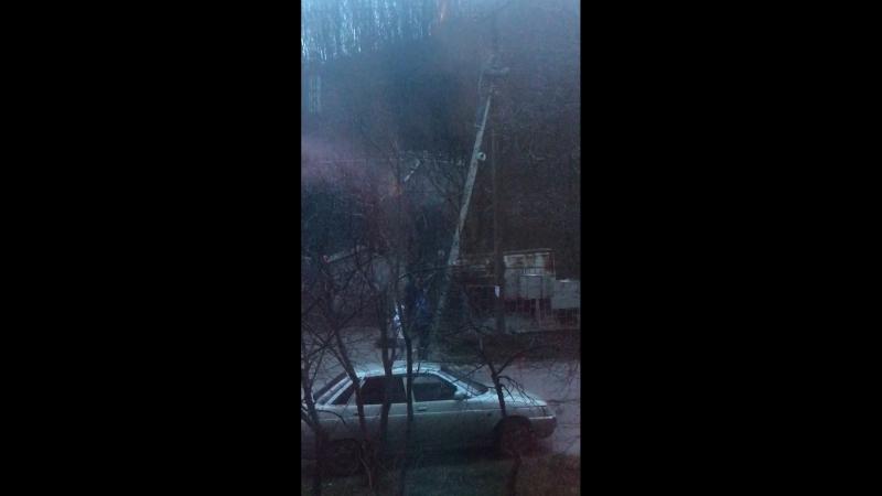 Это называется - перепил, дождь, 1 января, а кому-то надо на столб с электричеством лезть🤦🏽♀️01.01.2018