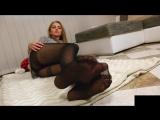девушка показывает свои ножки в прозрачных черных колготках в горошек